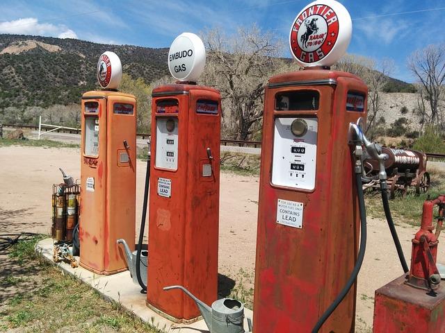 filling-station-408075_640